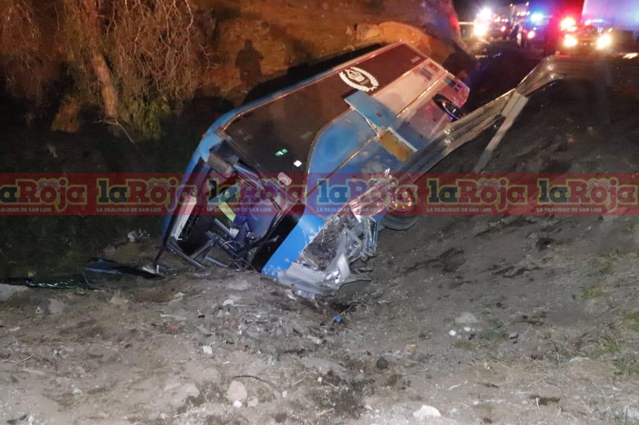 Autobús de pasajeros sale del camino adelante de Santa María del Río, se reportaron varios lesionados