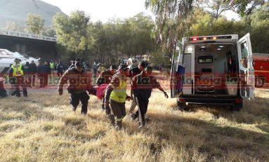 Autobús de pasajeros cae bajo un puente sobre carretera 57 por Santa María del Río