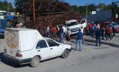 Camión cañero aplasta a camioneta de transporte de personal, dos muertos y tres lesionados