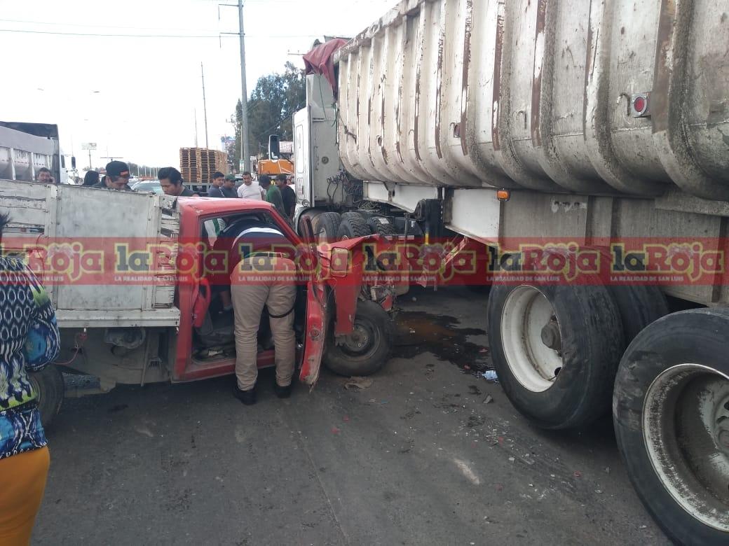 Camioneta impacta contra un trailer en Periférico, un lesionado