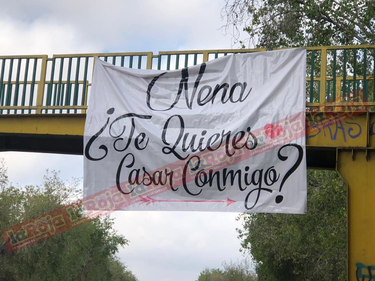 Aparece extraña lona con frase de amor en puente peatonal de Río Santiago