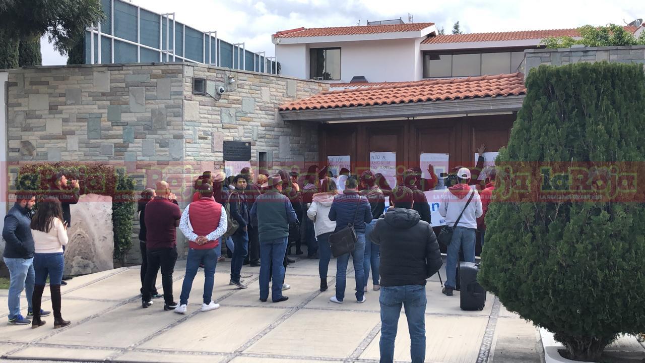 Organización civil se manifiesta frente a casa de gobierno por el aumento a las tarifas de transporte urbano