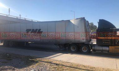 Se atora trailer bajo el puente de Pavón