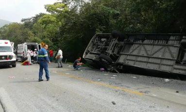 Volcadura de autobús deja dos muertos y diez heridos