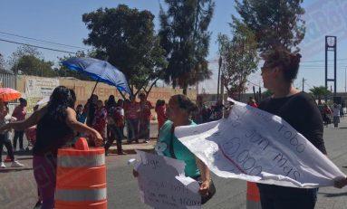 Padres de familia bloquean Avenida de los Pinos