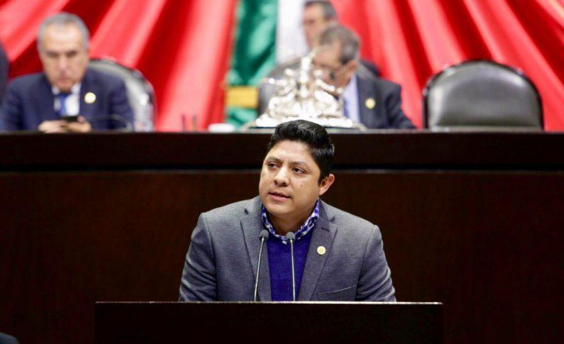 El diputado federal Ricardo Gallardo presenta iniciativa para eliminar cuotas de padres de familia