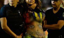 """En topless se cuela aficionada a la cancha para dar un """"mensaje de paz"""""""