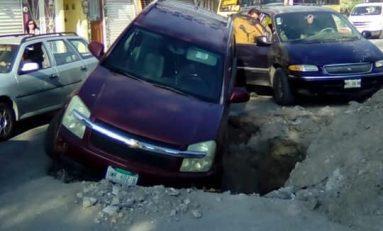Camioneta cae en una zona de obras