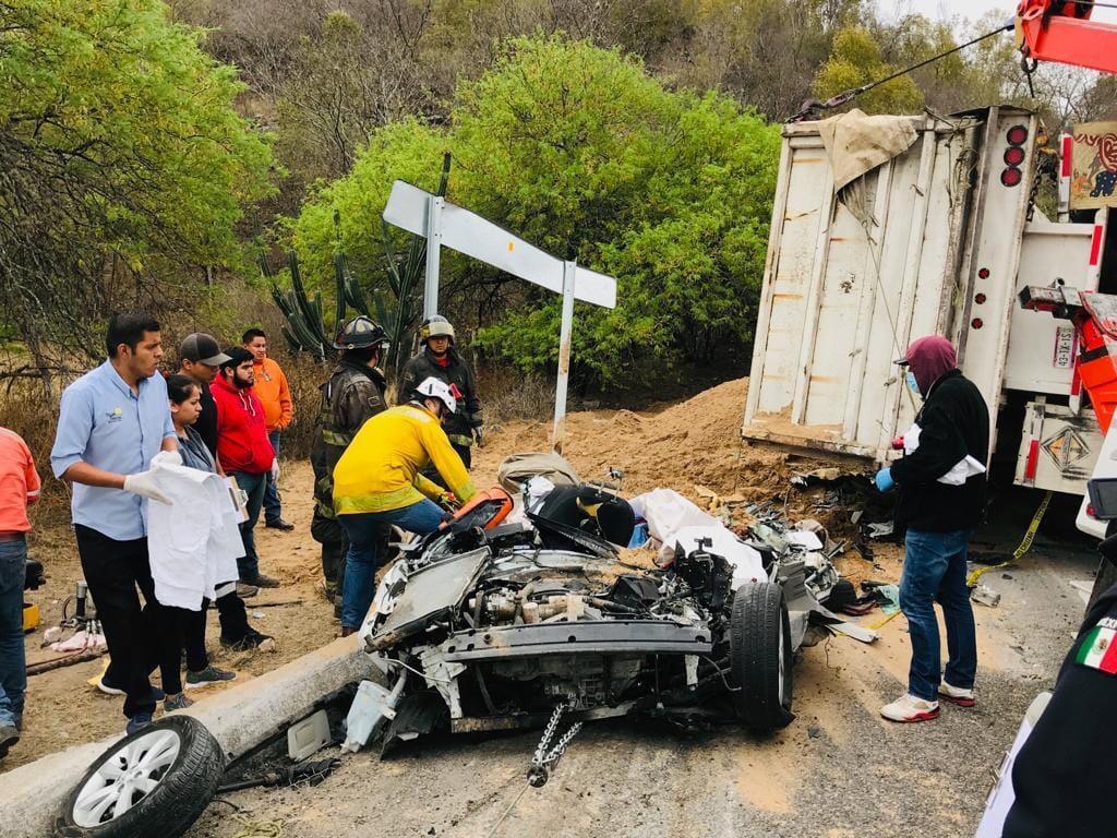 Camión cae sobre vehículo particular en la Rioverde- San Luis, dos muertos