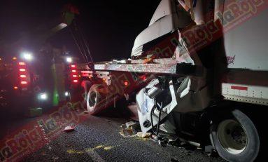 Muere chofer de trailer tras impactarse por alcance en la 57