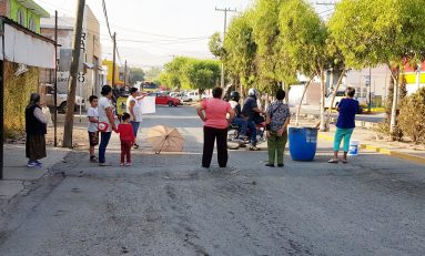 """VECINOS DE LA COLONIA TEPEYAC BLOQUEAN LA AVENIDA JUÁREZ Y PIDEN QUE EL """"HUEVO"""" PURATA DE LA CARA."""