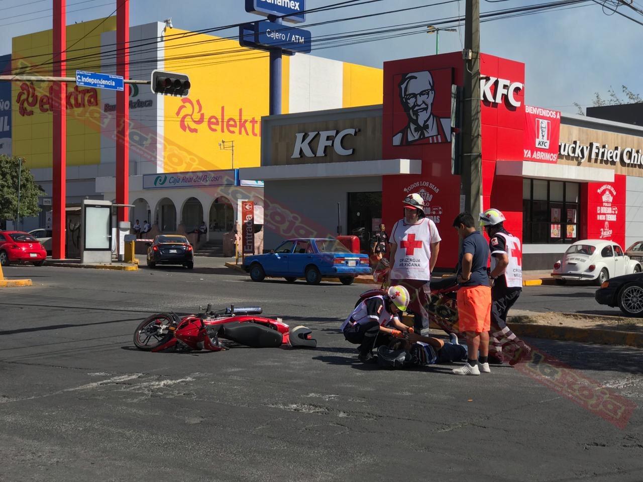 Conductor se pasa el semáforo en rojo y  atropella motociclista