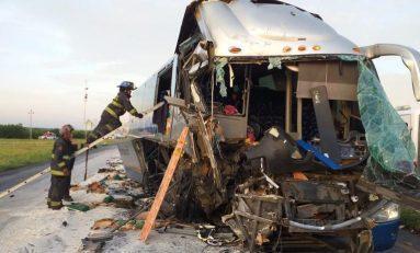 Autobús de pasajeros provenientes de S. L. P., tiene grave accidente en Nuevo Laredo