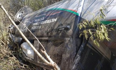 Patrulla de la Metropolitana choca y vuelca en el tramo carretero Valles-Ciudad Mante