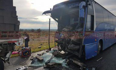 Autobús de pasajeros se impacta por alcance contra un tráiler en la SL- Zacatecas, se reporta un muerto