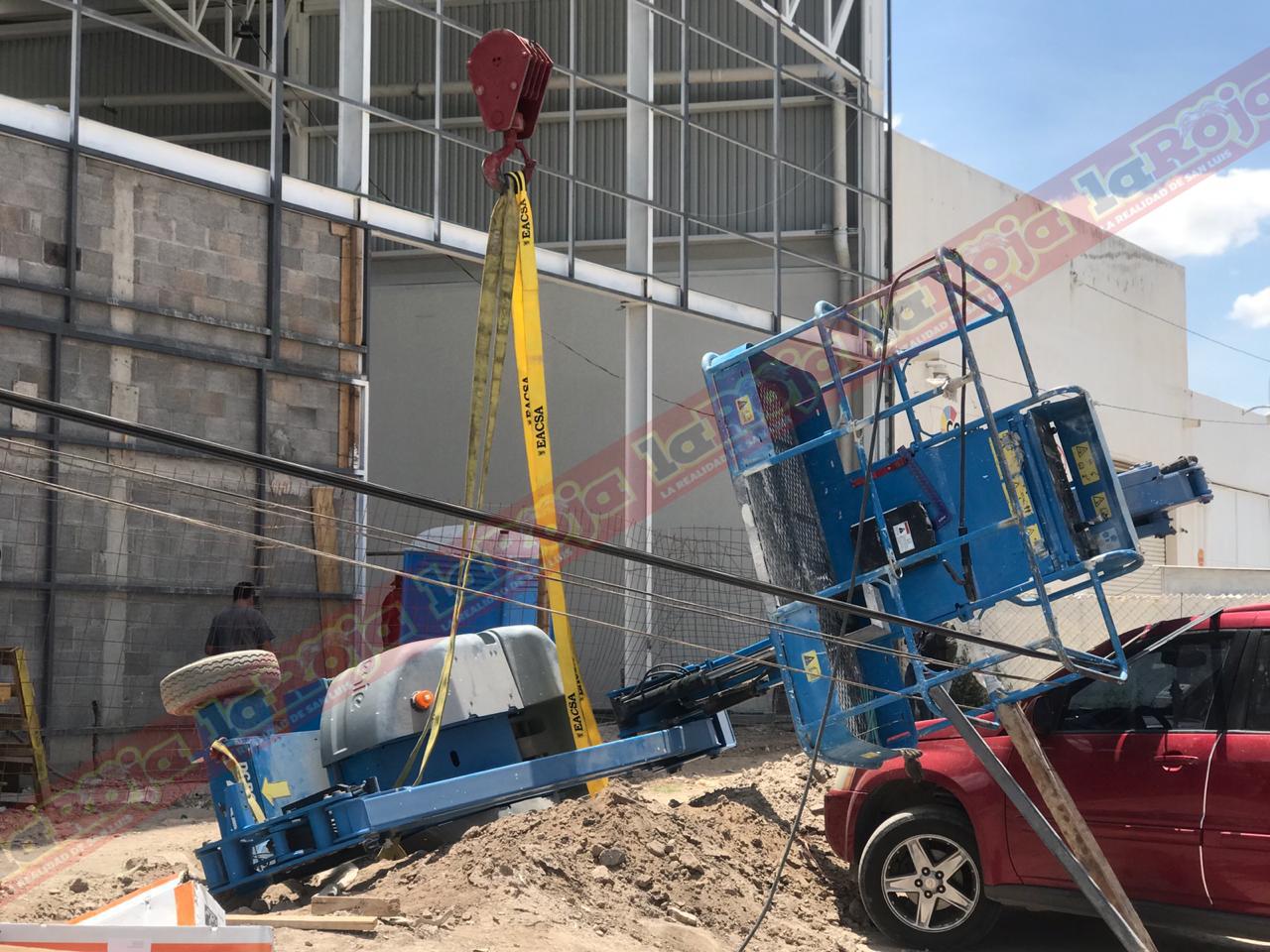 Cae andamio eléctrico cuando se construía una nave industrial en el Bulevar Rocha Cordero