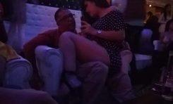 ¡Lo despiden por congalero! Se va el director de La Pila luego de ser captado  en amena conversación con una chica en un reconocido table dance