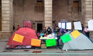 Comerciantes ambulantes se declaran en plantón permanente en el exterior de Palacio Municipal