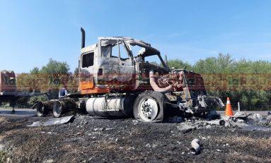 Trailer se incendia en la súper carretera a Rioverde por el calentamiento de un neumático