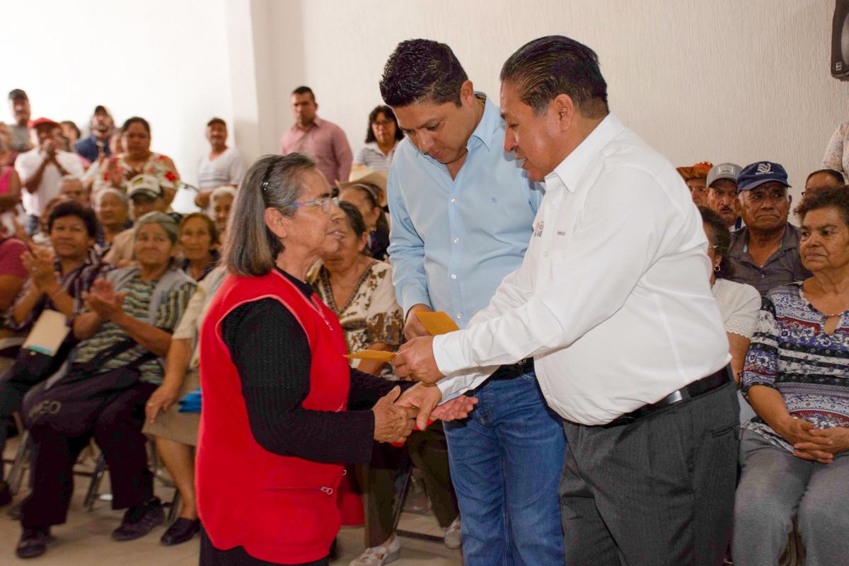 Entregan apoyos económicos a más de 1 500 adultos mayores