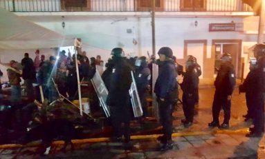 A balazos policías intentan desalojar alcaldía de Villa de Zaragoza