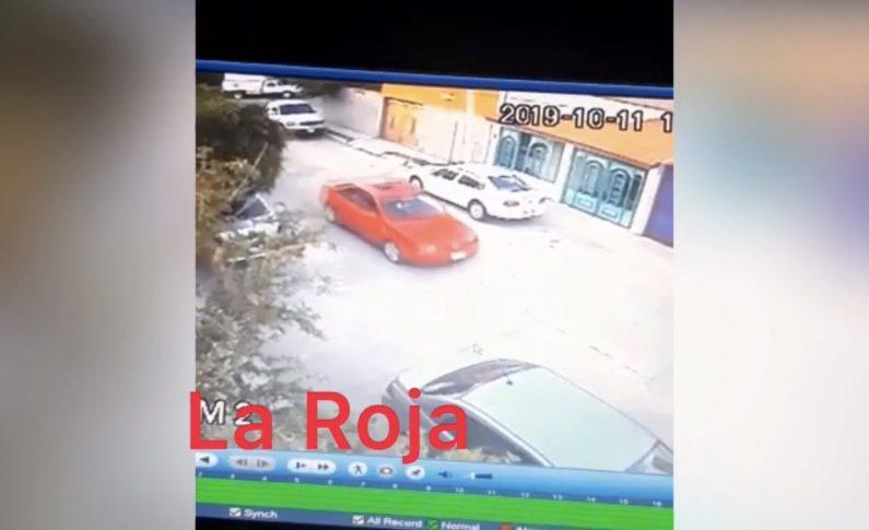 MALEANTES A BORDO DE UN VEHÍCULO ROJO ANDAN DESATADOS EN VALLE DORADO