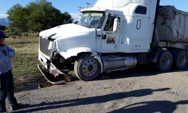 Trailer y autobús de pasajeros se impactan; dos lesionados
