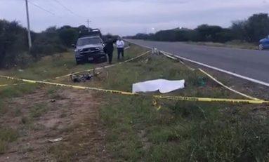 Embisten a tripulantes de una bicicleta en Camino a Peñasco, un muerto y un herido