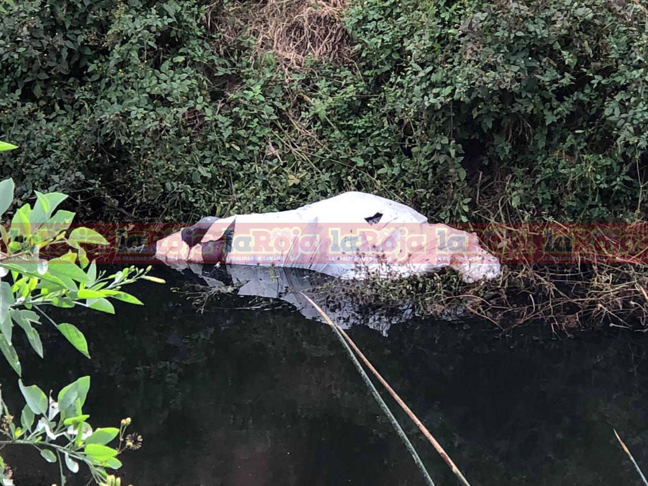 Localizan cadáver embolsado en un canalón de aguas negras en la Comunidad de Los Gómez