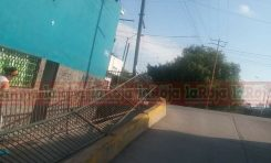Derriban barandal de importante paso peatonal en la Julián Carrillo