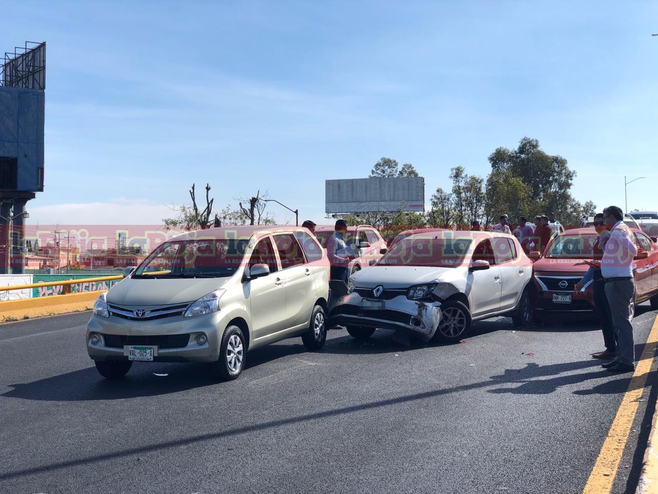 Carambola de 8 vehículos en la Salvador Nava Martínez deja solo daños materiales