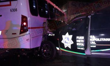 Aparatoso choque en Avenida Salk entre patrulla y transporte de personal, dos lesionados