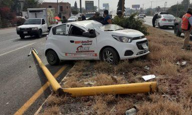 Conductor sufre aparatoso accidente automovilístico