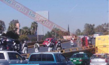 Conductor vuelca en carril de ascenso al Distribuidor Juárez