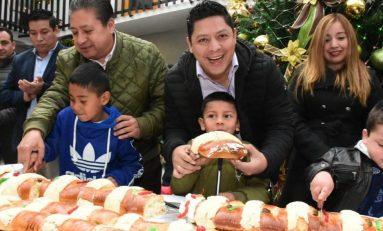 Alcalde Gilberto Hernández y diputado Ricardo Gallardo comparten monumental Rosca de Reyes con la ciudadanía