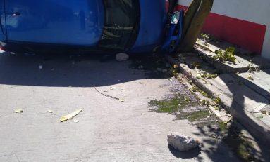 Conductora choca contra motociclista y termina volcada en la Avenida San Pedro