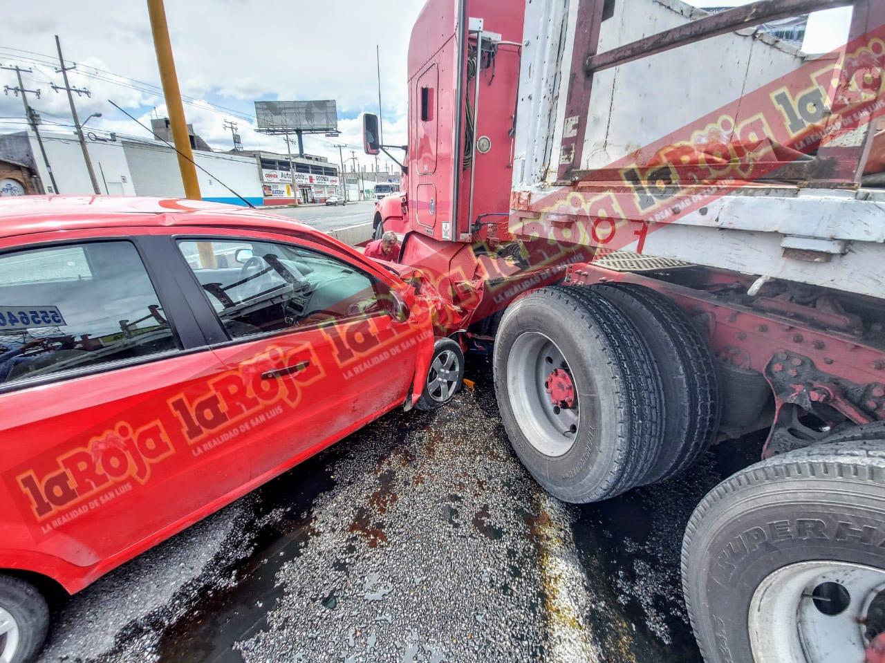 Automóvil choca contra un trálier en la Carretera a Rioverde