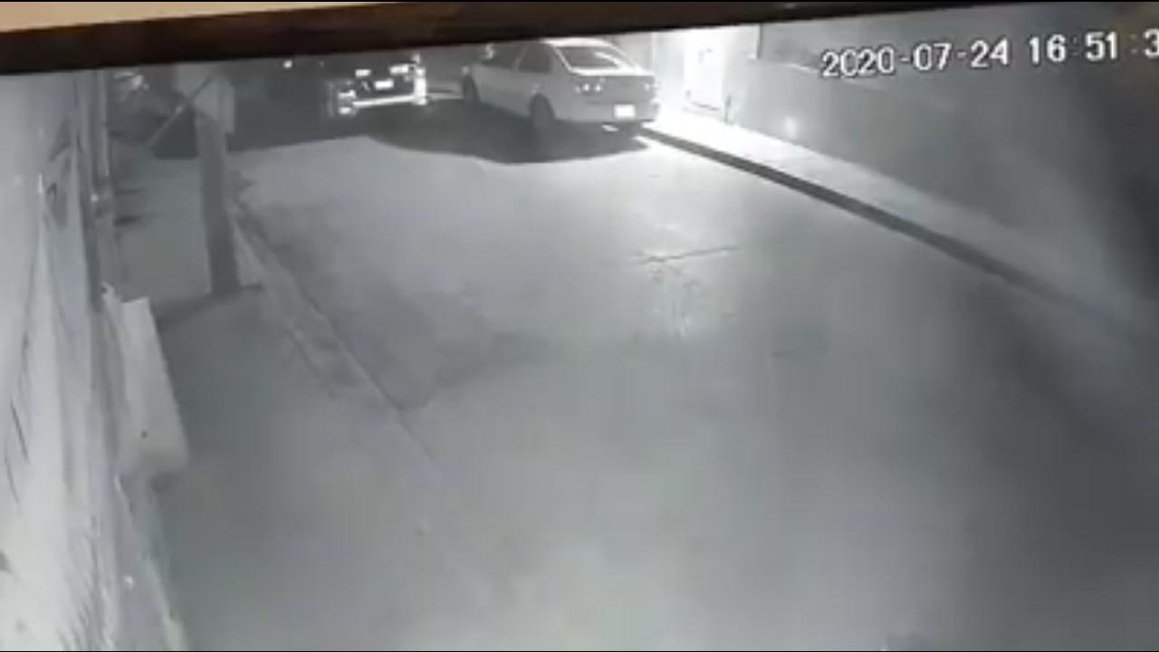 Agentes estatales son video grabados robando el espejo lateral de un automóvil